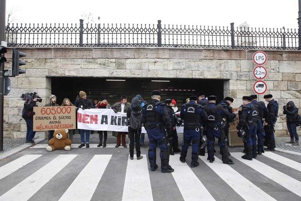 mti. 2014. Tüntetők zárták el a parlamenti mélygarázs bejáratát 2014.12.15.