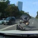 Videó: Ilyen balesettől retteg minden motoros