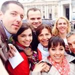Fotó: Orbán és családja a Szent Péter téren pózolt