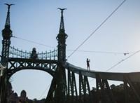 Teljes szélességében lezárták a Szabadság hidat, mert két ember felmászott rá