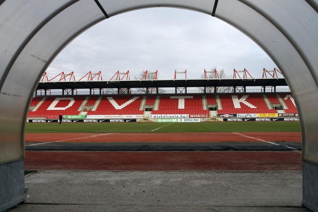 mti. 13.11.28. - A kormány 4,5 milliárdot biztosít a diósgyőri stadion felújítására - Lelátó játékoskijáró felől a DVTK stadionjában Diósgyőrben. Ezen a napon Kriza Ákos, Miskolc polgármestere (Fidesz-KDNP) bejelentette, hogy a kormány 4,5 milliárd forint