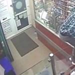 Videón, ahogy kirabolnak egy pécsi dohányboltot