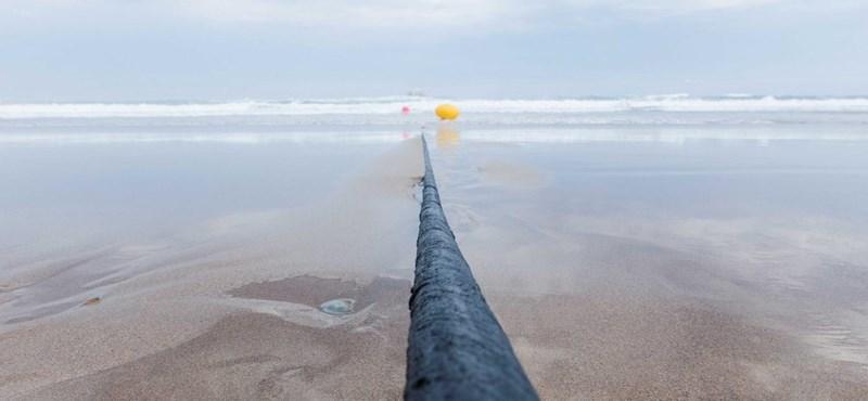 Feltekerték a kapcsolót, rekordsebességgel jött az internet Európába a 6600 km-es tenger alatti kábelen