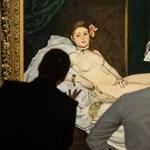Túl mély dekoltázsa miatt nem engedtek be egy nőt egy párizsi múzeumba