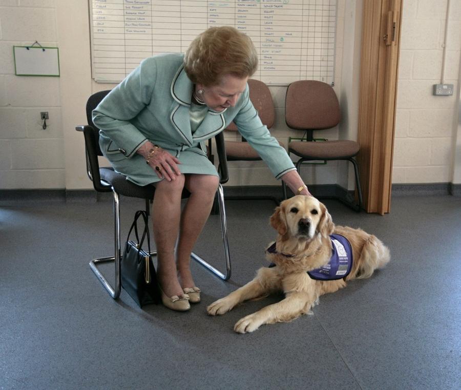 2009. június 2. - Margaret Thatcher egy kutyakiképző központ avatóján