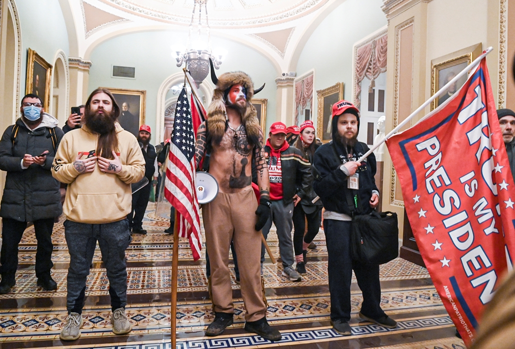 Trump nagyítás afp Quanon sámán