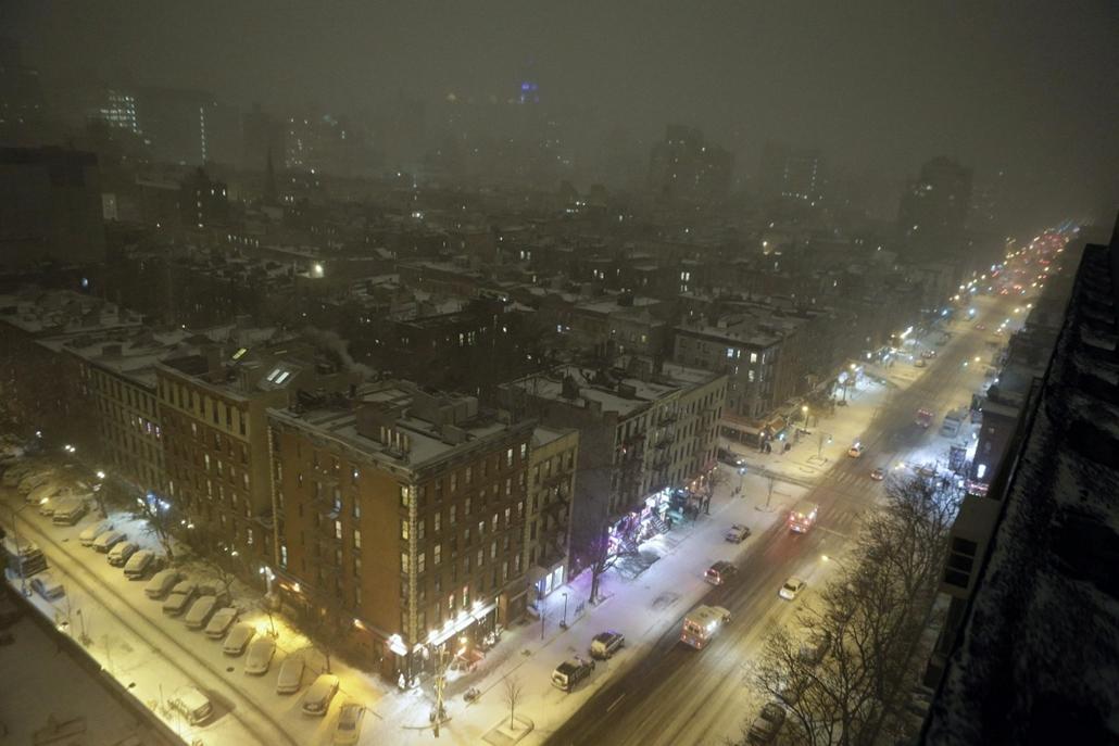 afp.14.01.02. - New York, USA: - Autók araszolnak hóesésben a First Avenue-n New York Alsó-Manhattan városrészében - havazás, időjárás