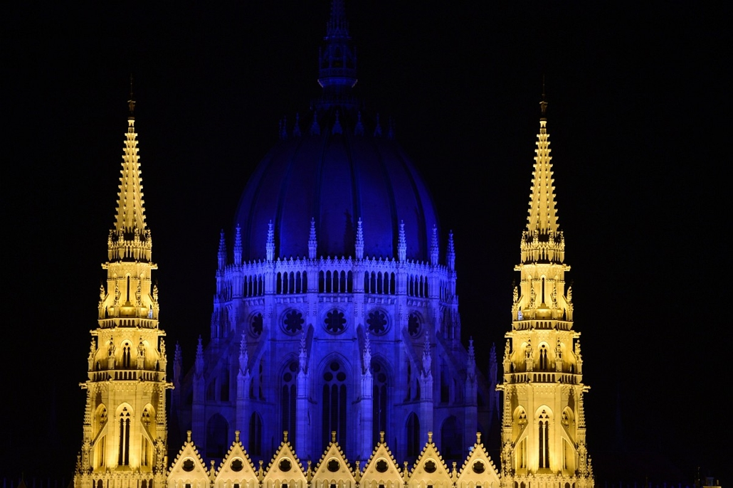 afp.14.04.02. - Budapest: az autizmus világnapja alkalmából kék fénnyel világították meg a parlament kupoláját - yyyyy - 7képei
