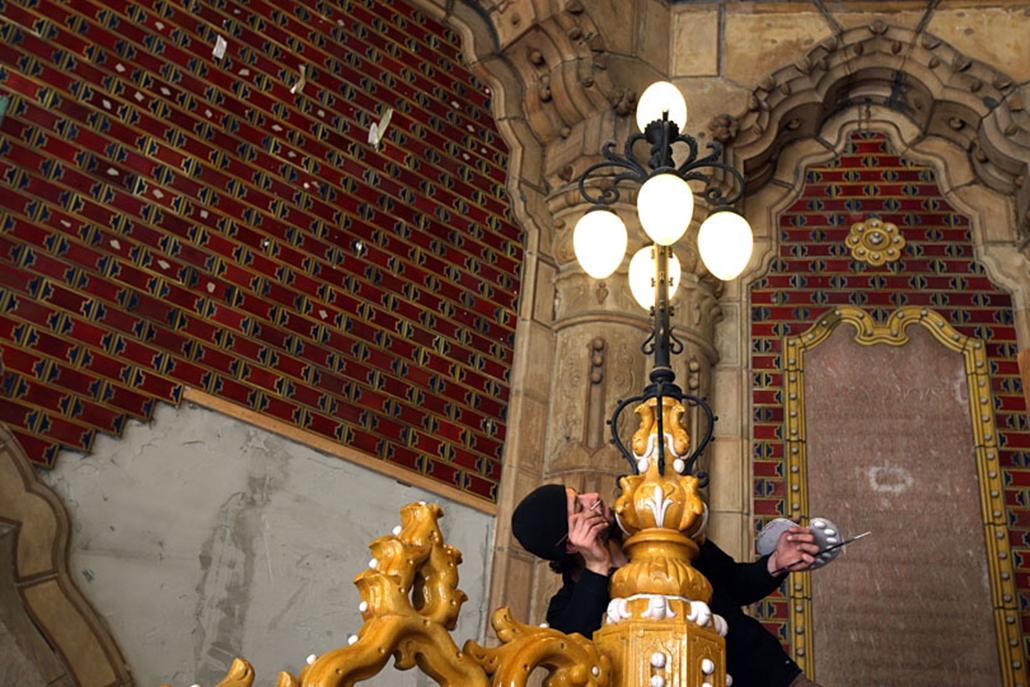 A díszítőelemek többnyire a magyar népművészet elemei, a tulipános ládákról ismert motívumok (galamb, szív, gránátalma), ezek azonban nem az általános jelentésükben (pl szív = szerelem) szerepelnek az épületen, hanem csupán azt jelzik, az épület a magyaroké.