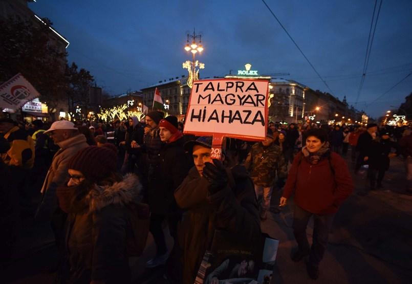 A Kossuth téren kívánnak majd boldog karácsonyt Orbánnak a túlóra ellen tüntetők