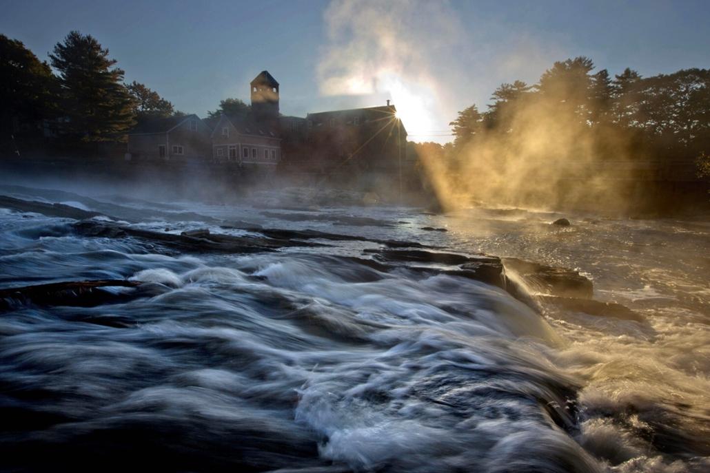 AP!!! október 20-ig! a hét képei - Yarmouth, 2014.10.07. Az őszi napfelkelte fényei a ködlepte Royal folyó partján fekvő Sparhawk malommal a háttérben a Maine állambeli Yarmouthban 2014. október 6-án.