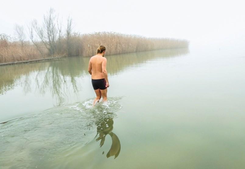 Hazai pálya: Tényleg megéri csobbanni egyet a téli Balatonban? (videó)