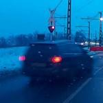 A nap videója: A pomázi autós, aki nem várja meg a sorompó felnyitását