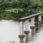 Leomlott egy híd, két autó a folyóba zuhant Brazíiában - fotó