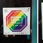 Szegedi matricacsata: szivárványos zászlóval válaszoltak a ragasztgató konzervatívoknak