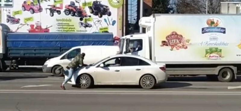 ?Normális vagy?!? ? autósok balhéztak Szegeden, egyikük a motorháztetőre esett