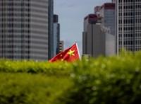 Zászlólengetésért máris letartóztattak egy tüntetőt Hongkongban
