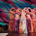 Igéző magyar táncoslányok a világ körül