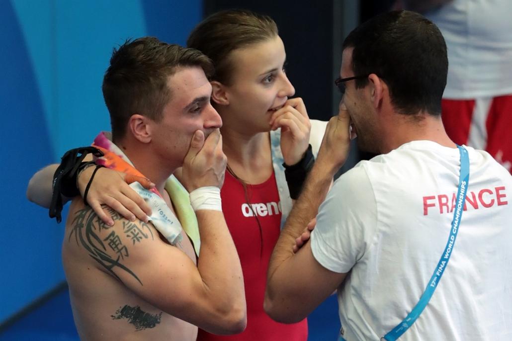 afp.17.07.18. - A francia Laura Marino és Matthieu Rosset, miután megnyerték a műugró csapatversenyt július 18-án. - fina vizes vb