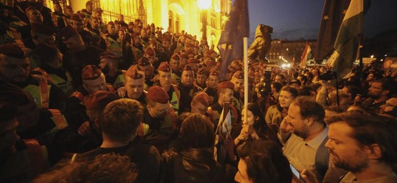 Sok tízezer tüntetőből a legdühösebbek maradtak - ez volt a CEU-tüntetés percről percre