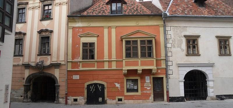 Megunták a csikkeket Sopronban, közterületeken is betiltották a dohányzást