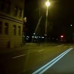 Instant karma: kézifékkel vette be a kanyart a sofőr, a sarkon meg ott álltak a rendőrök – videó