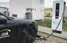 Itt a 450 kW-os villanyautótöltés, ami olyan gyors, hogy hűteni kell a kábeleket