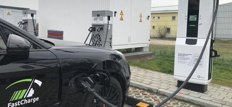 Itt a 450 kW-os villanyautó töltés, ami olyan gyors, hogy hűteni kell a kábeleket