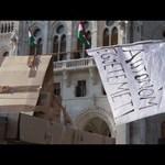 Orbán Viktor ablaka alá építettek egy várat - videó