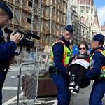 A parlament északi kapujától is elvitték a tüntető középiskolásokat