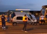 Felakadt egy autó a Margit hídon a villamosmegálló korlátjára