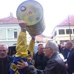 Dulakodó tömeg fogadta Orbánt Pécsett