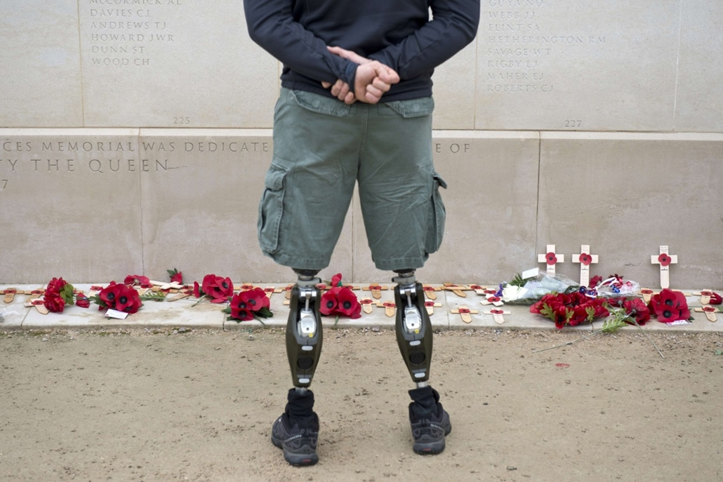 afp. hét képei - London, Egyeesült Királyság, 2014.11.11. A member of the armed forces with prosthetic legs pays his respects at the Armed Forces Memorial in the National Memorial Arboretum on Armistice Day near Lichfield, Staffordshire, central England,