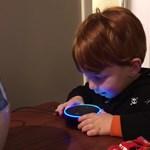 Figyelje a szülők reakcióját, amikor a kisgyereknek felnőtt tartalmakat ajánl a gép