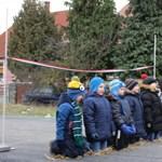 Magyarázkodik a polgármester az utcaavatón térdeplő óvodások miatt