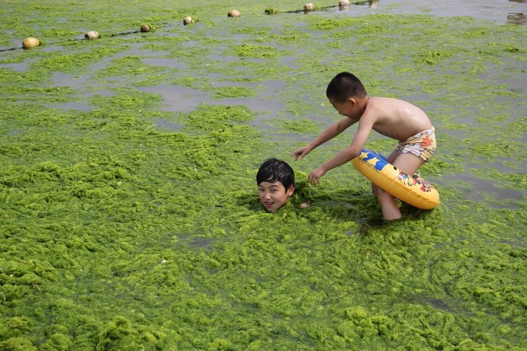 afp.14.06.29. - Qingdao, Shandong, Kína: algásodó vízben játszó gyermekek - 7képei
