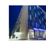 Eladja két hoteljét az Abba