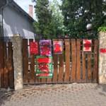 Összefújták a plakátokat a kerítésén, a rendőrséghez fordult Szél Bernadett