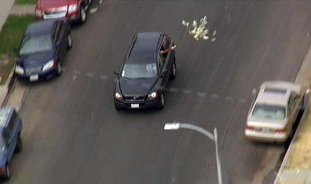 Los Angeles - rendőrökkel a nyomukban bankrablók távoznak a rablás helyszínéről, miközben zsákmányuk egy részét elszórják. A - Hét képei - nagyítás