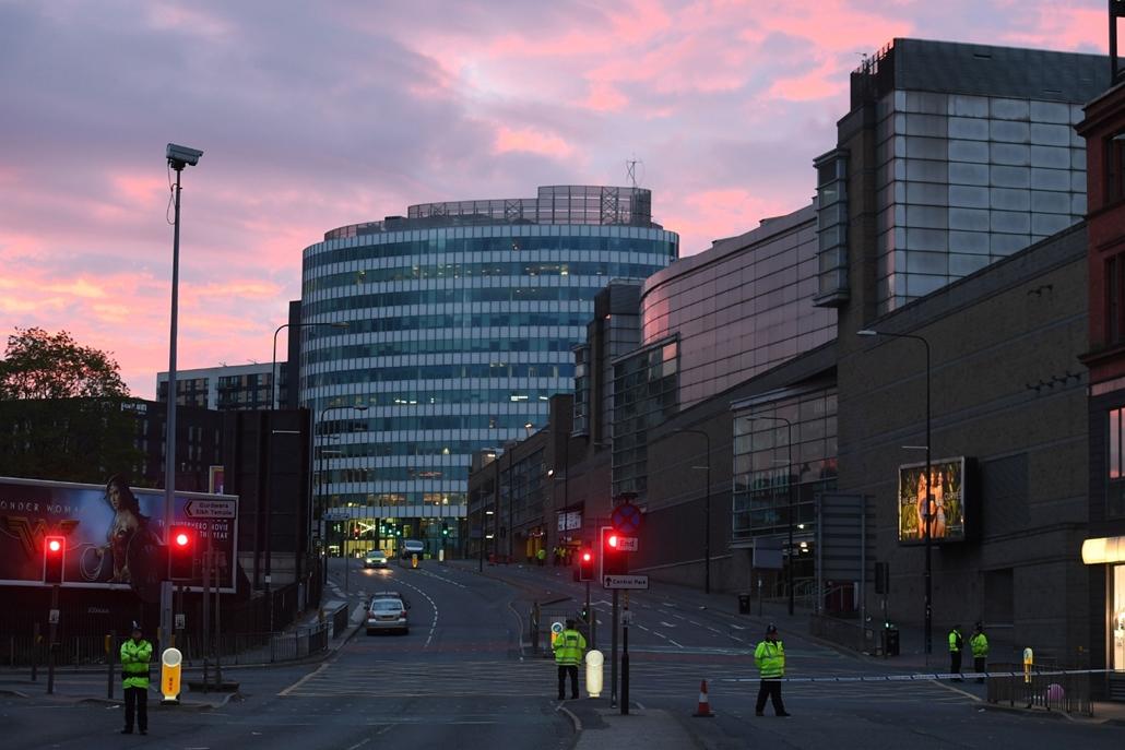 AP! _ Juniu 05 ig .- Manchesteri terrotámadás Rendőrök a Manchester Arena előtt 2017. május 23-án hajnalban, miután az este, Ariana Grande amerikai énekesnő koncertjének végén öngyilkos merénylő pokolgépet robbantott a manchesteri rendezvényközpont bejára