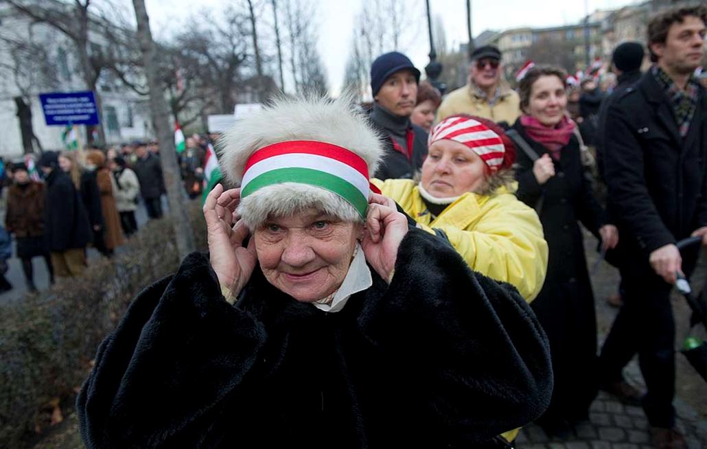 Tömeg az Andrássy-n - Békemenet a kormány mellett