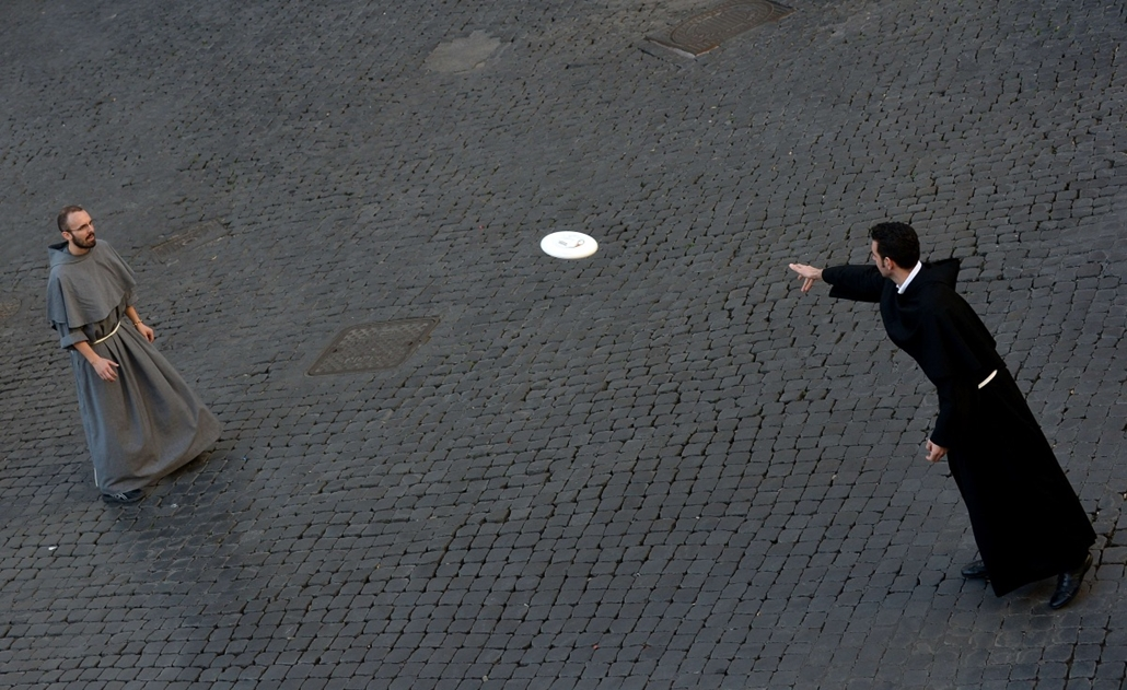 afp. hét képei - Róma, Olaszország, 2014.11.09. Friars play frisbee at Piazza Santi Apostoli on November 9, 2014 in Rome.