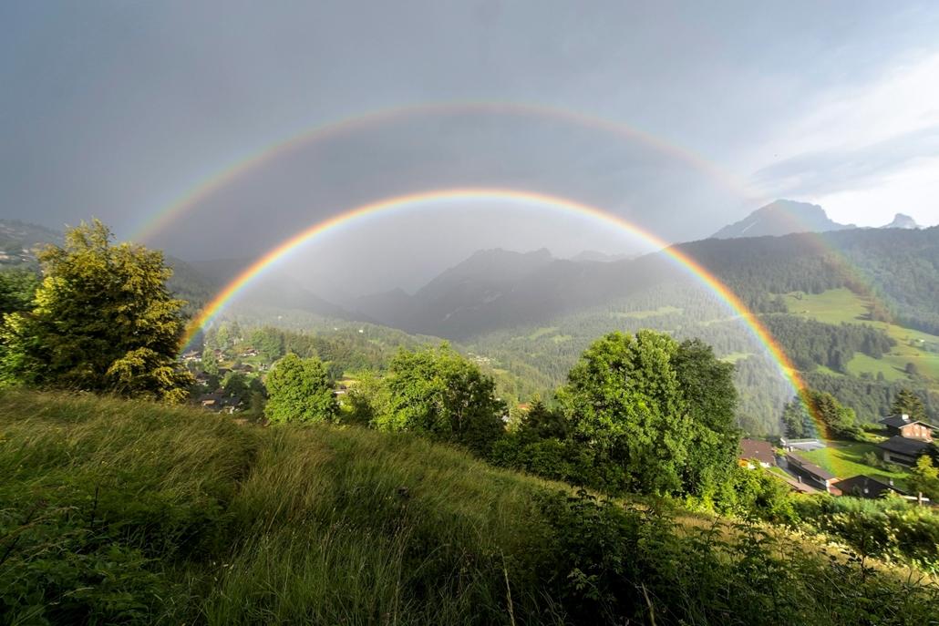 hét képei - epa.kettős szivárvány ragyog a Svájc délnyugati részén fekvő Gryon közelében július 27-én.