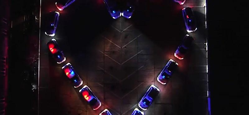 Szívalakú villogó rendőrautós formációval készült a magyar rendőrség Valentin-napra