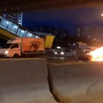 Felrobbant egy Tesla a balesete után Moszkvában - videó