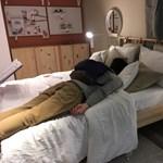 Egy brit IKEA megengedte, hogy ott aludjanak a dugó miatt haza nem jutó autósok