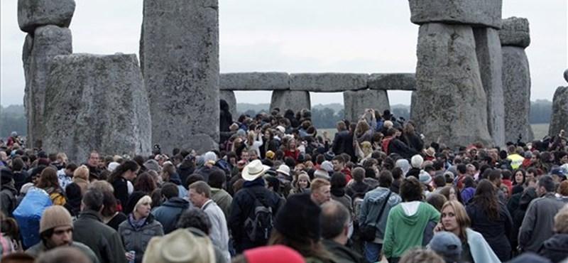 Húszezren várták a napkeltét a Stonehenge-nél