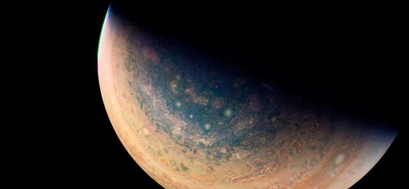 Ilyen közelről még sosem fotózták le a Jupiter vörös foltját