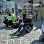 PM-esek láncolták oda magukat Orbán új hivatalához a Várban - fotók
