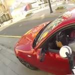 Videó: Így bünteti a paraszt autósokat a vagány motoros lány